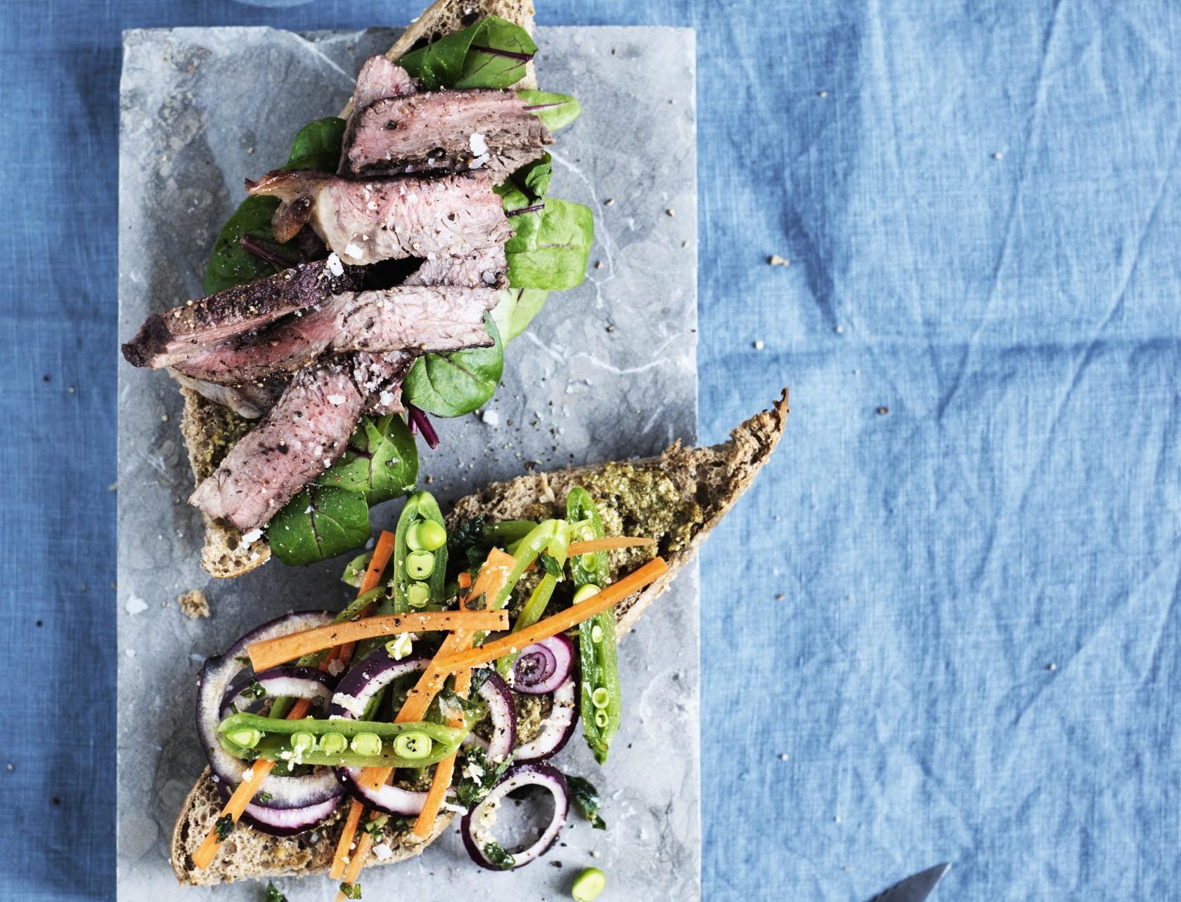Sandwich med bøf og salat - lækker opskrift på luksus-frokost.