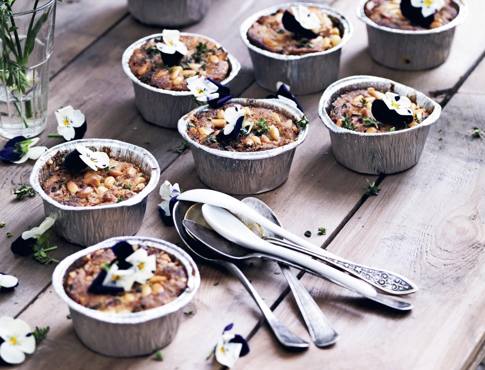 Små mandeltærter med rabarber og pinjekerner - lækker opskrift på fine kager.