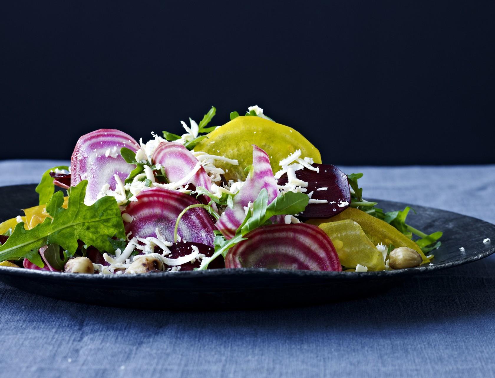 Rødbedecarpaccio med hasselnødder og blå ost - perfekt opskrift på forret eller tilbehør.