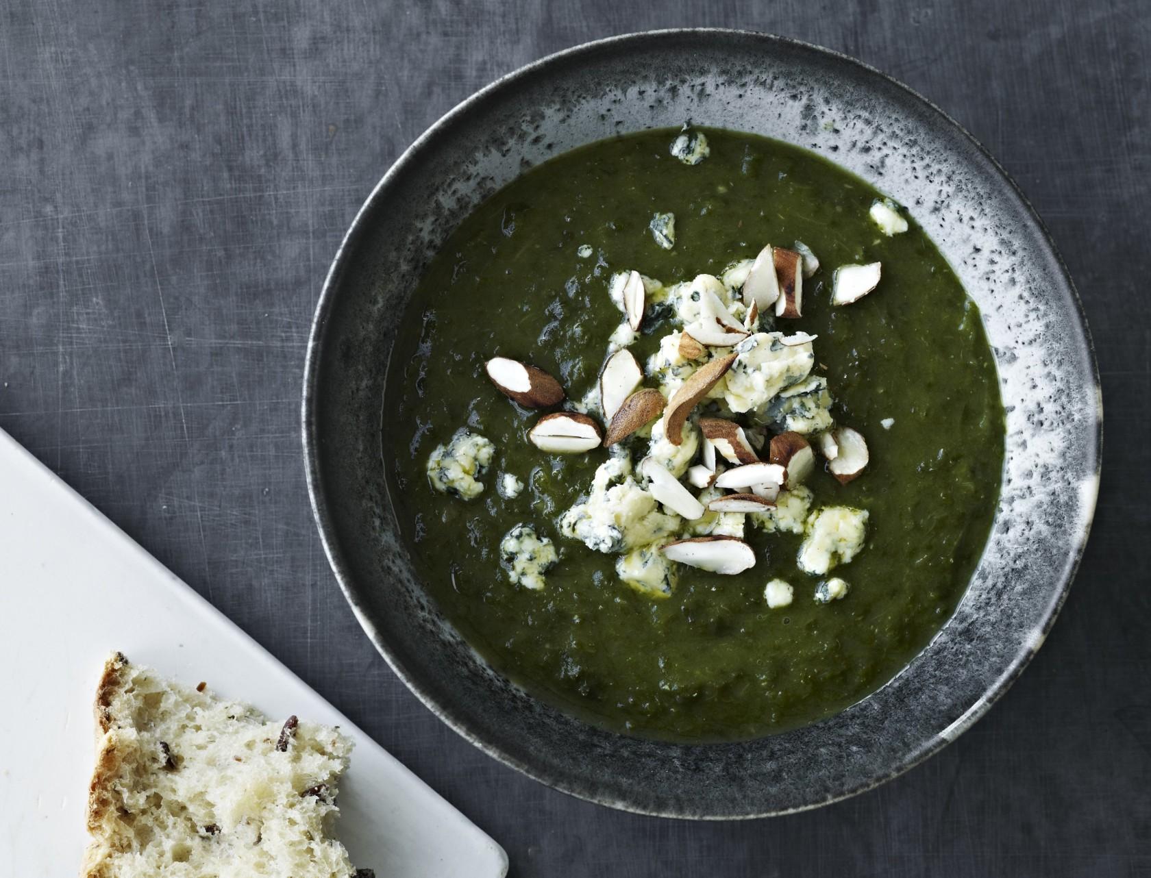 Grønkålssuppe med mandler og blå ost - nem og lækker opskrift.
