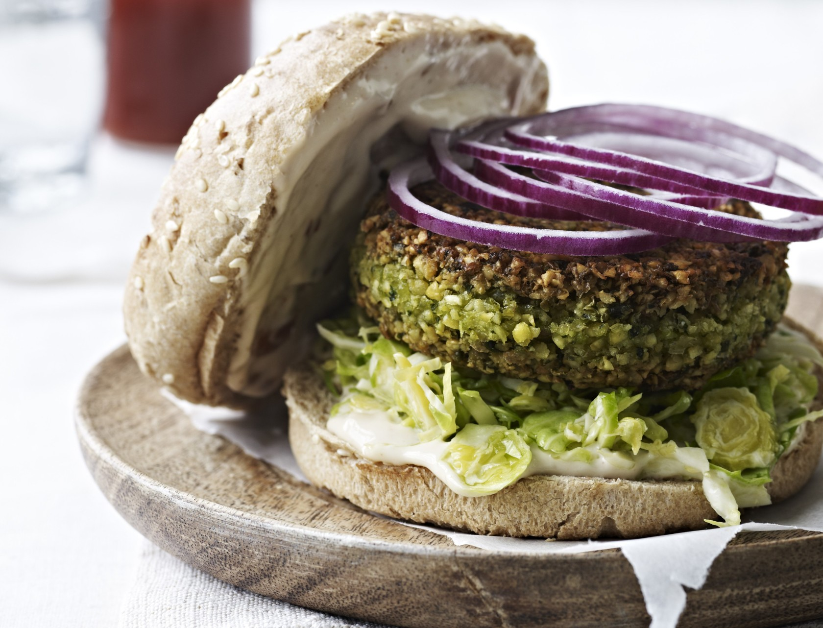 Kikærteburger med chilimayo - lækker opskrift på vegetarisk burger