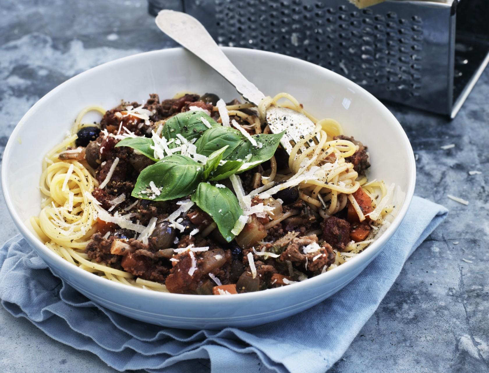 Spaghetti bolognese - virkelig lækker opskrift med grøntsager og rødvin.