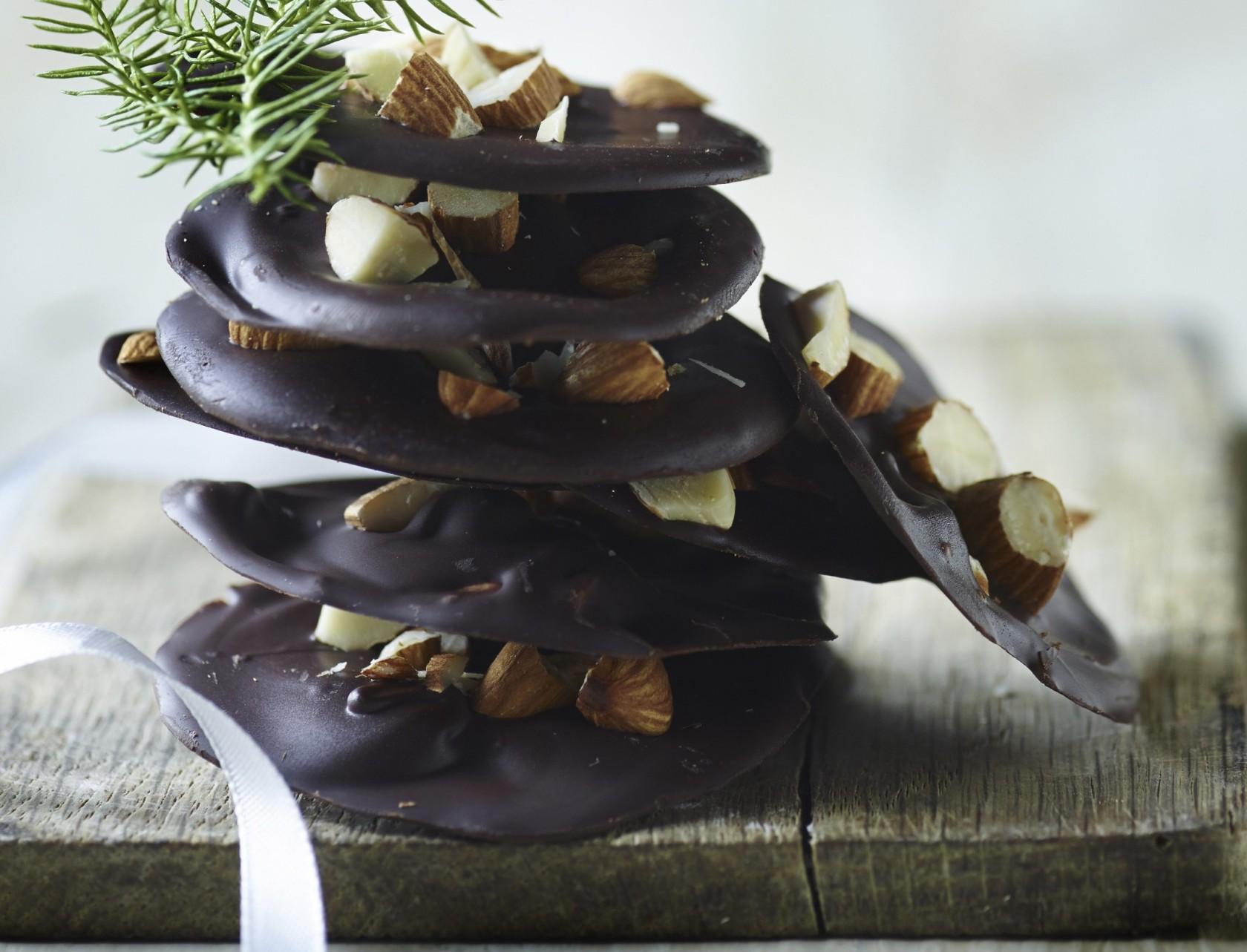 Chokoladechips med røgede mandler - lækker opskrift på konfekt.
