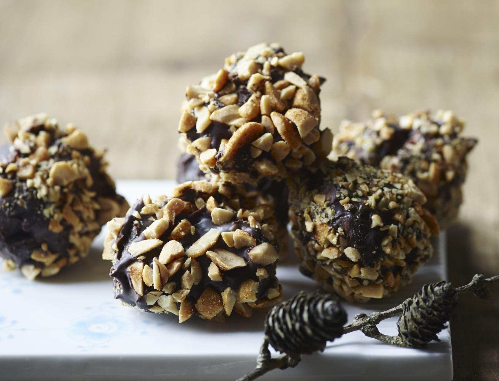 Julekugler med nougat og peanuts - god opskrift på konfekt!