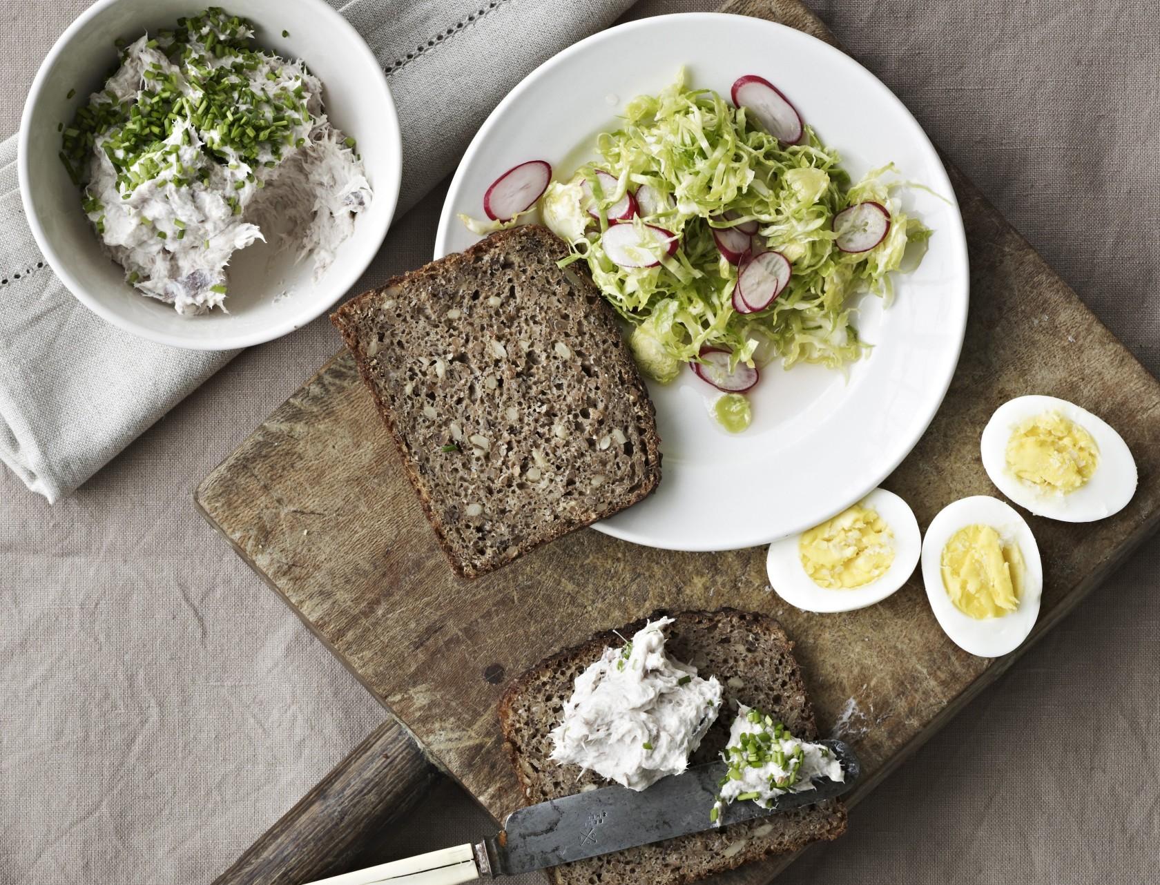 Nem opskrift på makrelsalat med lækkert tilbehør
