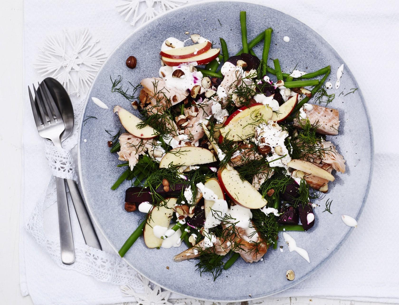 Varmrøget laks med bagte rødbeder og bønnesalat - god opskrift på måltidssalat.