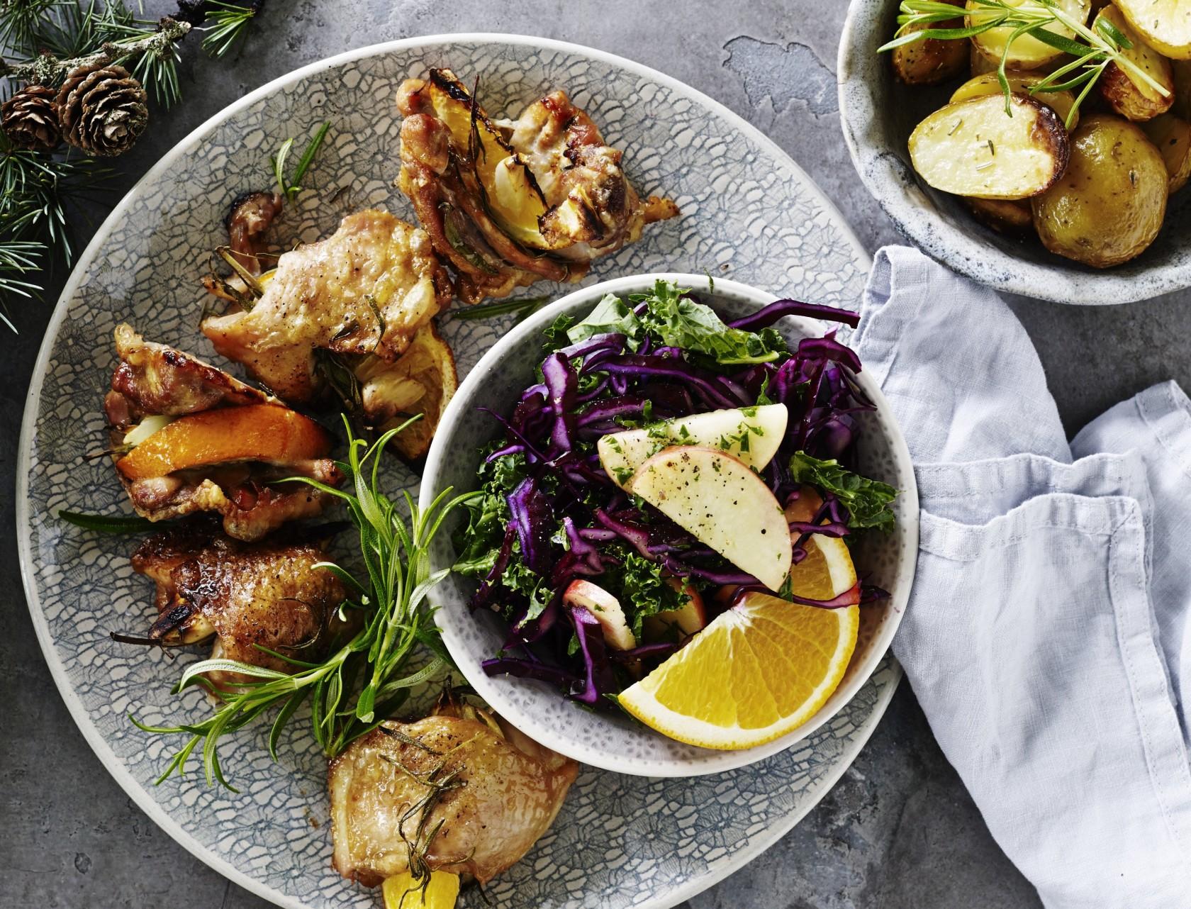 Kyllingelår med kålsalat og ovnstegte kartofler - nem og lækker opskrift på hverdagsmad til juletiden.