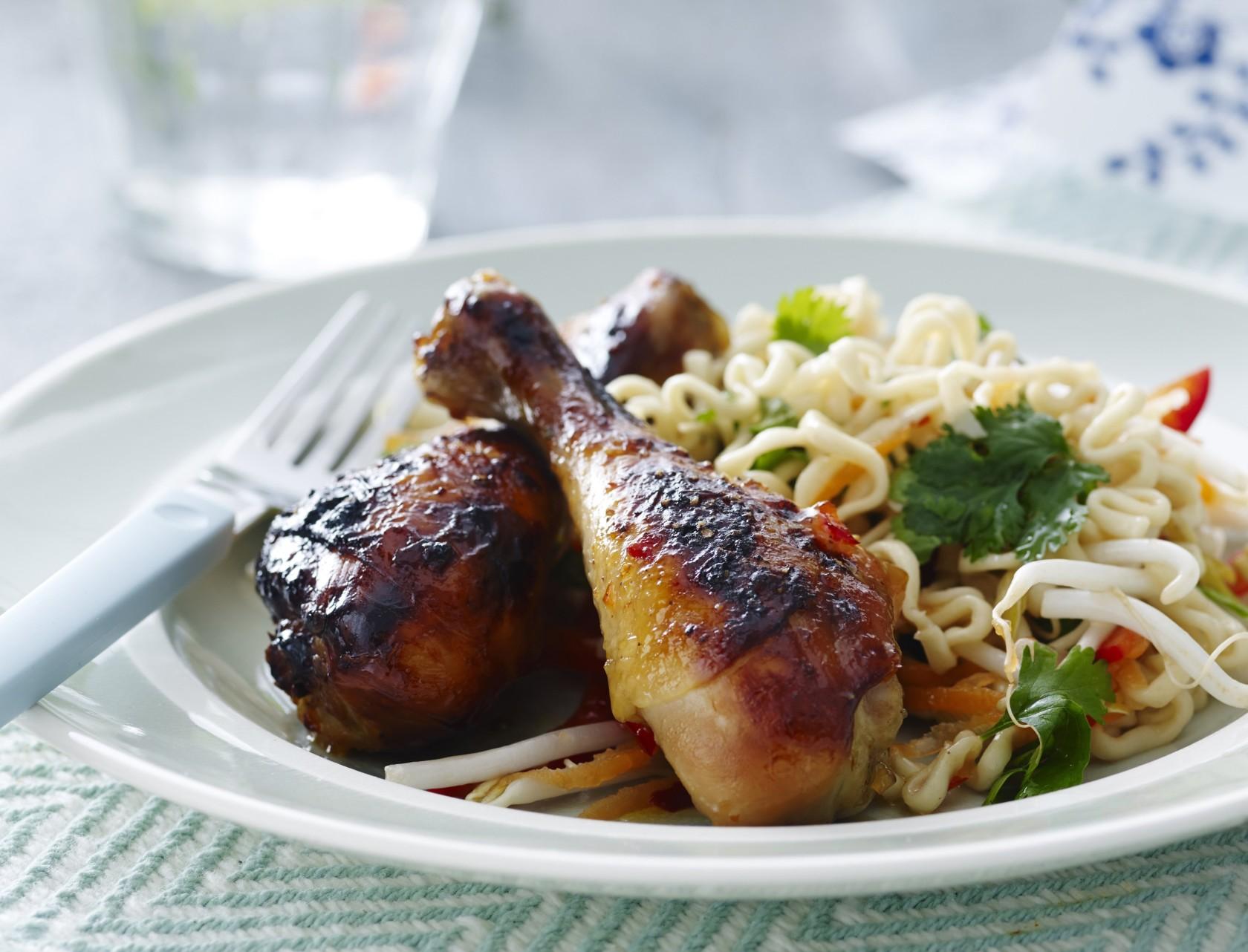 Glaserede kyllingelår med nudelsalat