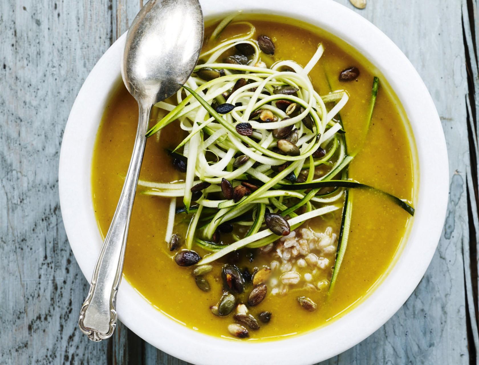 God opskrift på græskarsuppe med perlespelt, squash og græskarkerner