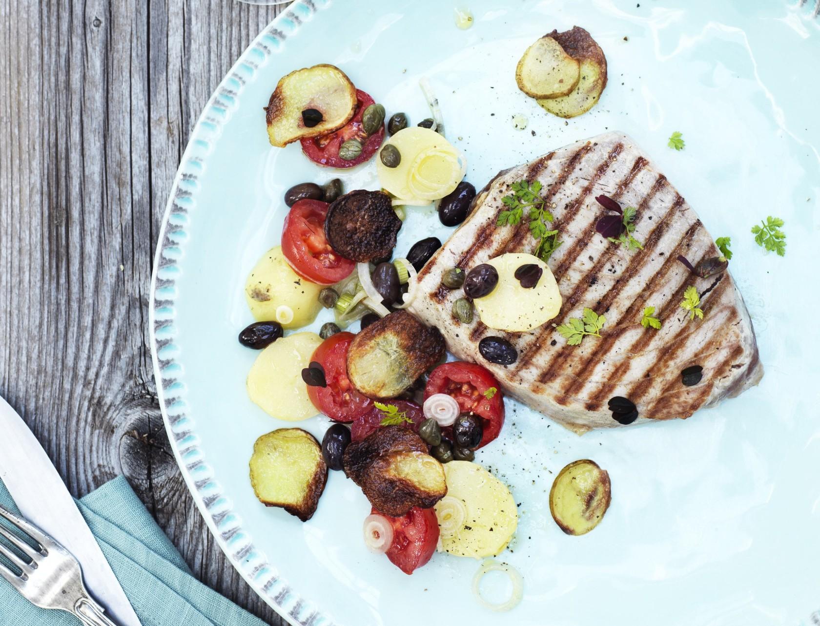 Tunbøf med sprød kartoffelsalat, tomater og oliven - god opskrift på aftensmad.