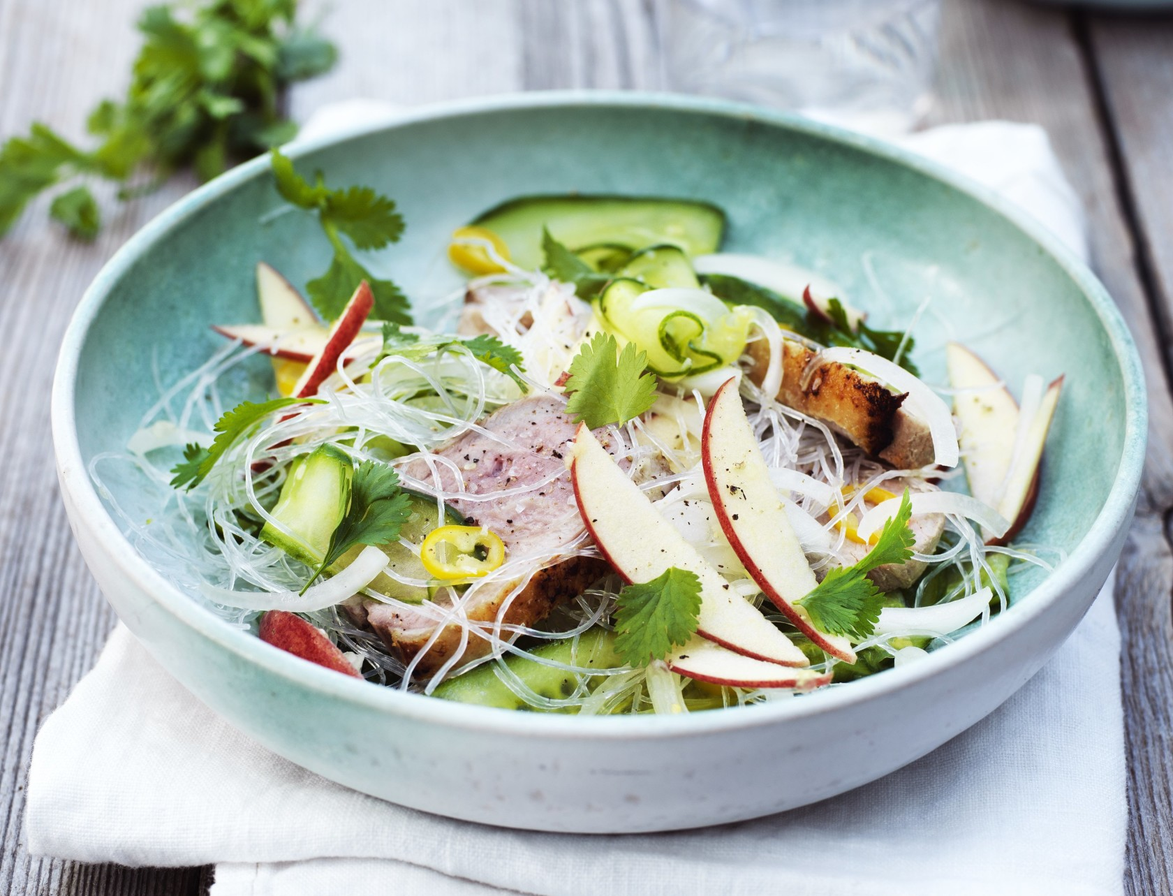 Andebryst med glasnudler og agurkesalat - nem og lækker opskrift.