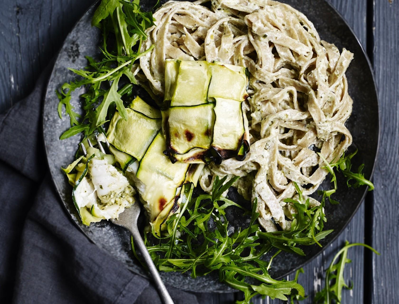 Rødspættepakker og pasta med ricotta-pesto