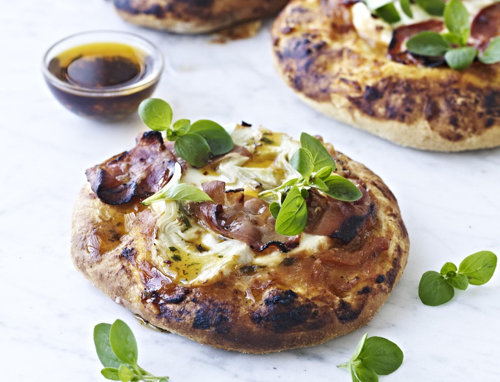 Minipizzaer med parmaskinke - nem og lækker opskrift.