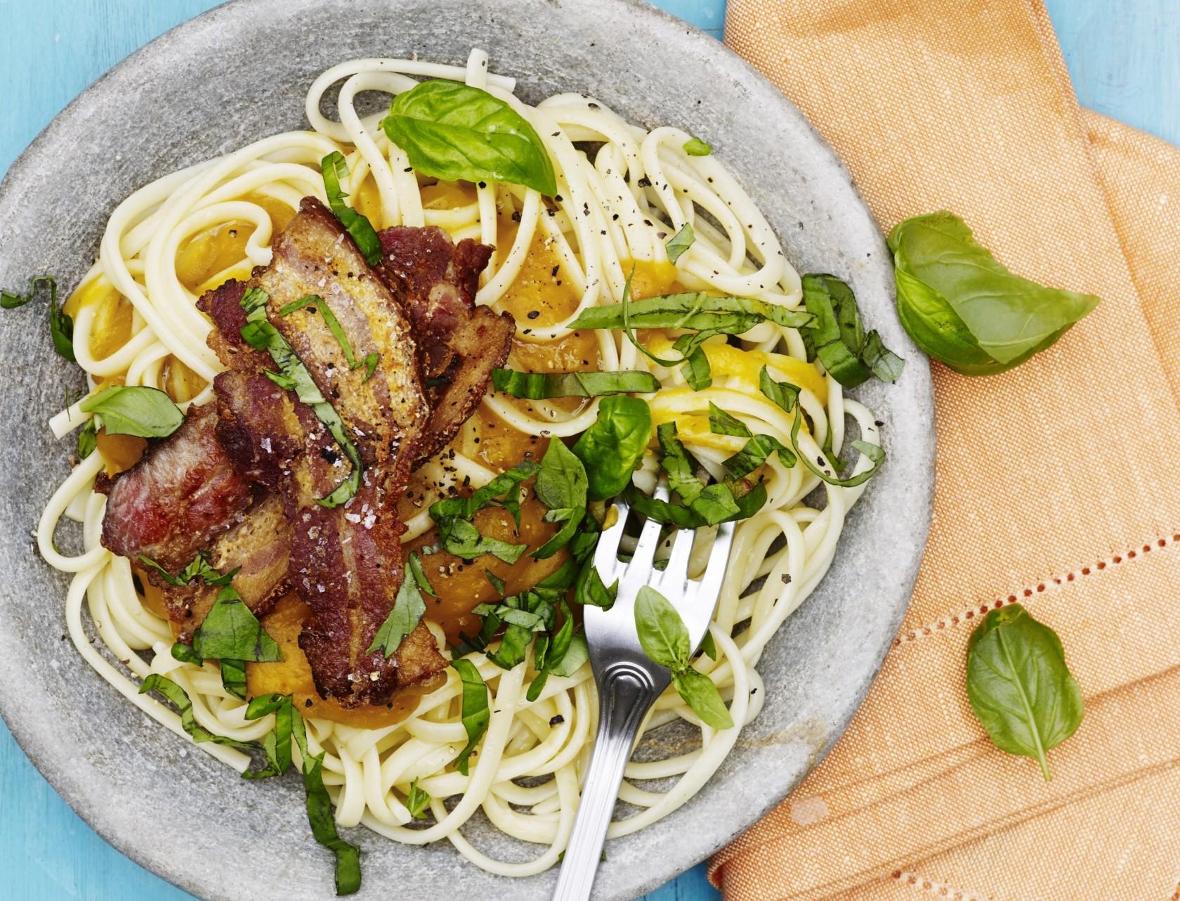 Spaghetti med butternutsquash-sauce og bacon - virkelig lækker opskrift.