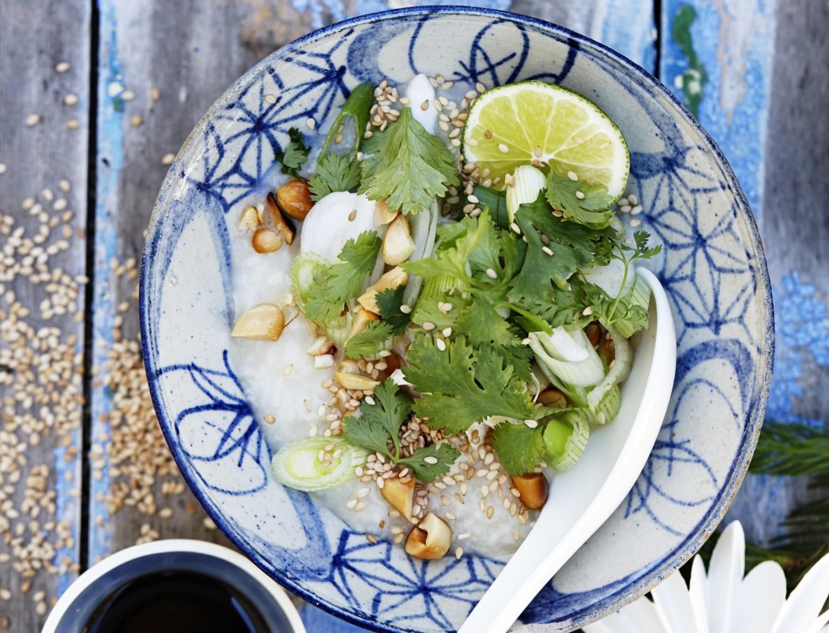 Congee med peanuts og koriander