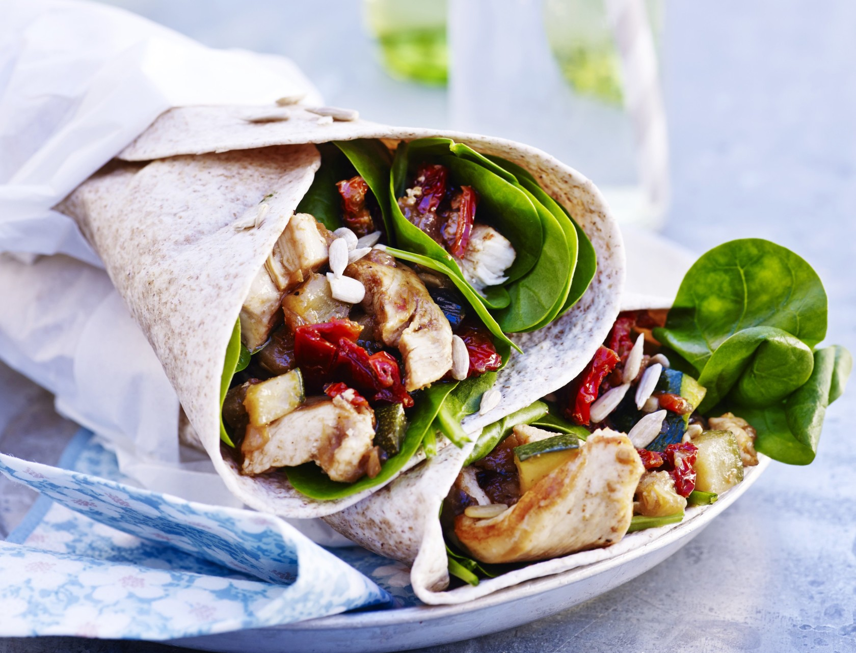 Wraps med grøntsagsfyld og kylling er perfekt til madpakken eller picnicen, da den nemt kan medbringes.