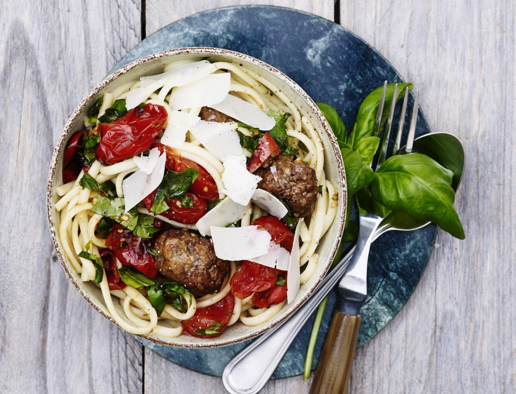 Kødboller med pasta og stegte tomater - god opskrift på lækker hverdagsmad.
