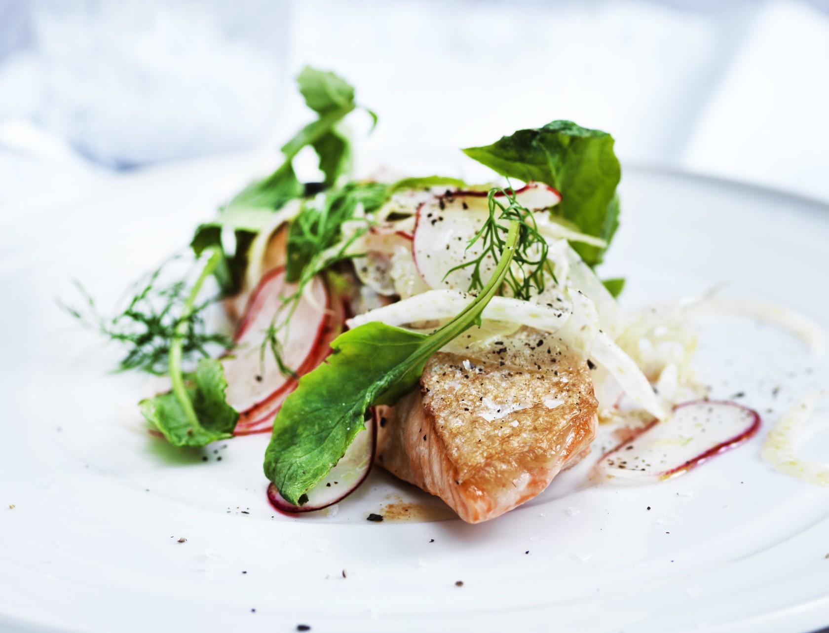 Laks med fennikel-radise-salat - virkelig lækker opskrift!