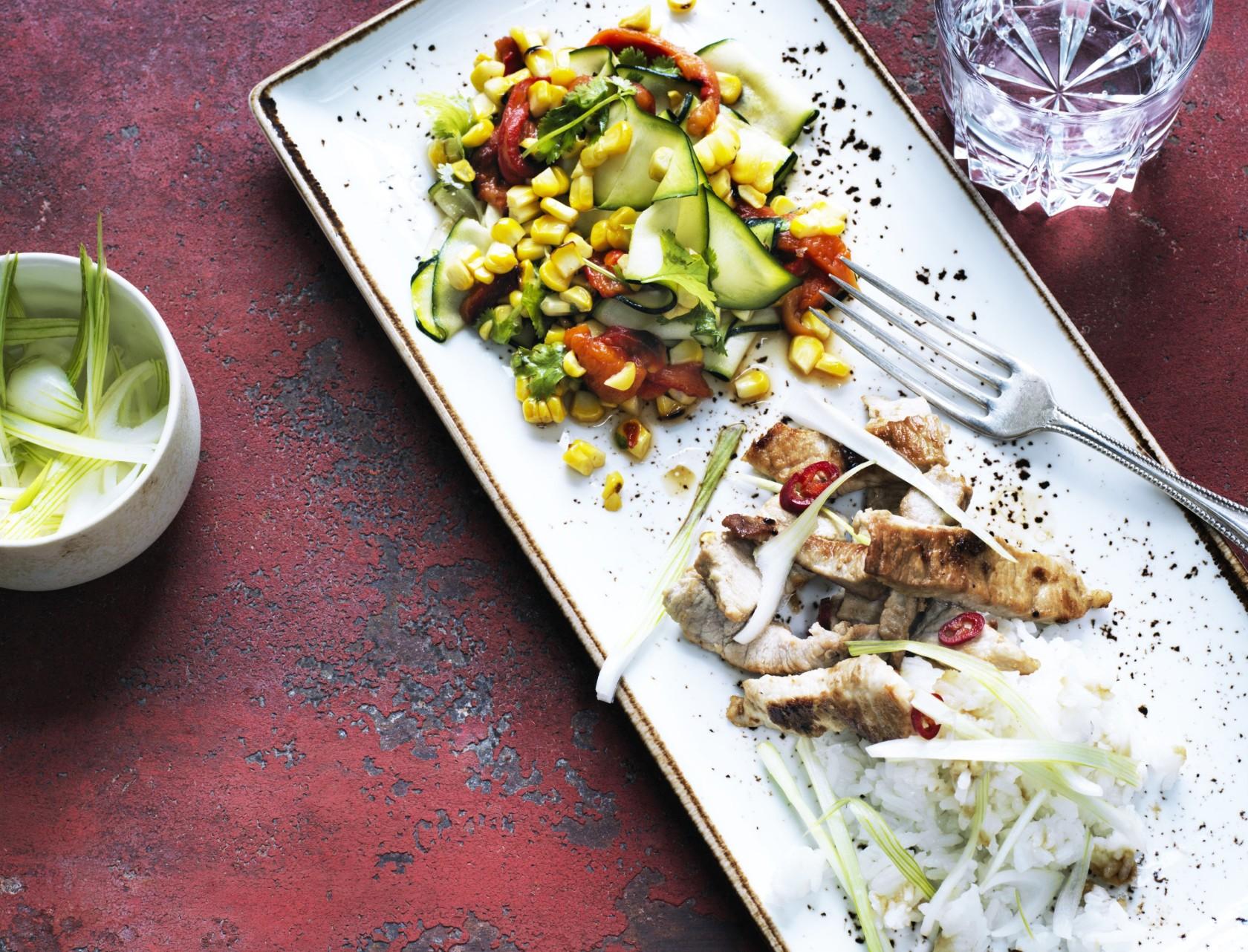 Svinekød i krydret sauce med grillede grøntsager - god opskrift på hverdagsmad.
