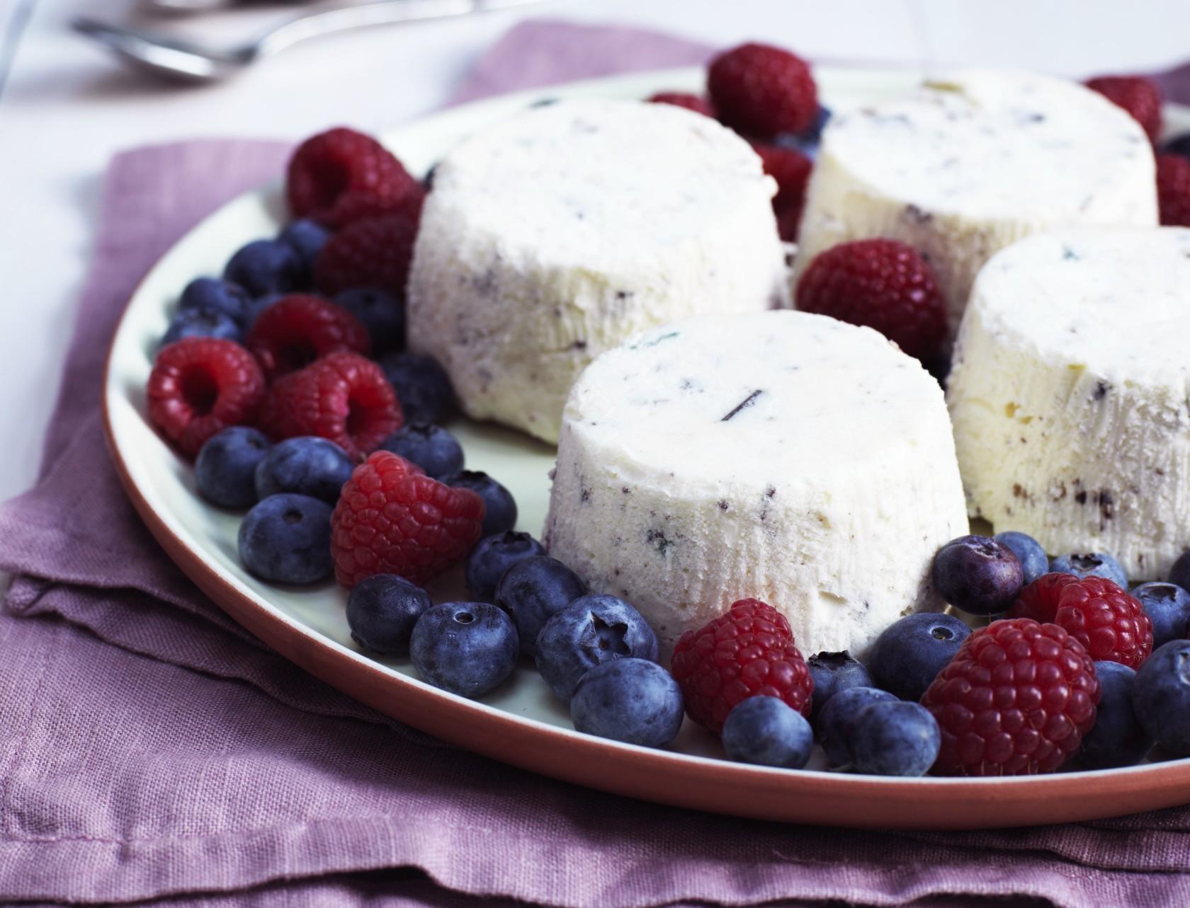 Semifreddo med kandiseret frugt og chokolade - god opskrift på nem is.
