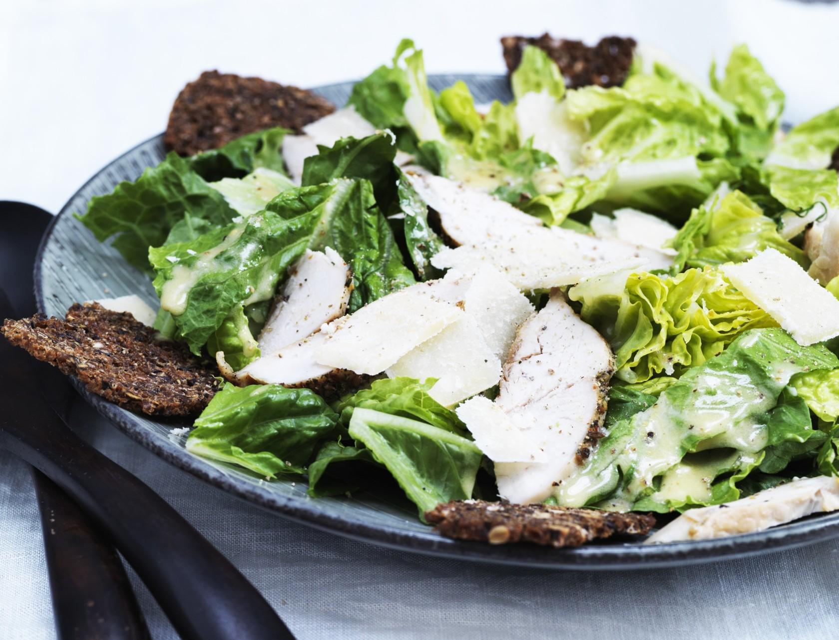 Cæsarsalat med kylling og rugbrødschips - lækker opskrift på frokost.