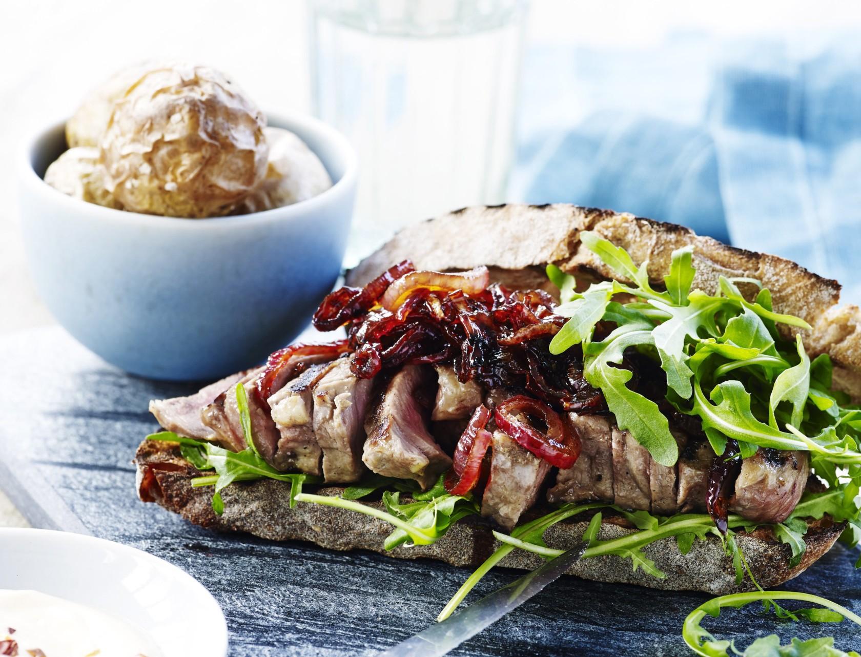 Steaksandwich med karamelliserede rødløg og ovnbagte kartofler
