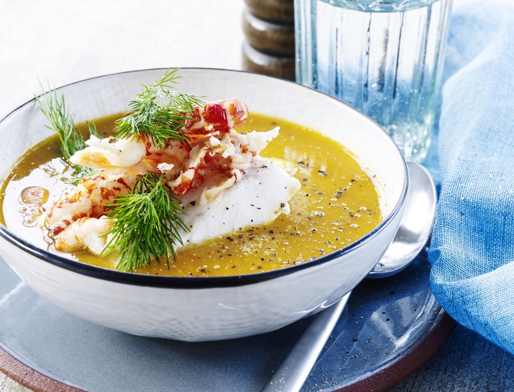 Butternutsquash-suppe med lyssej og krebsehaler - lækker opskrift!