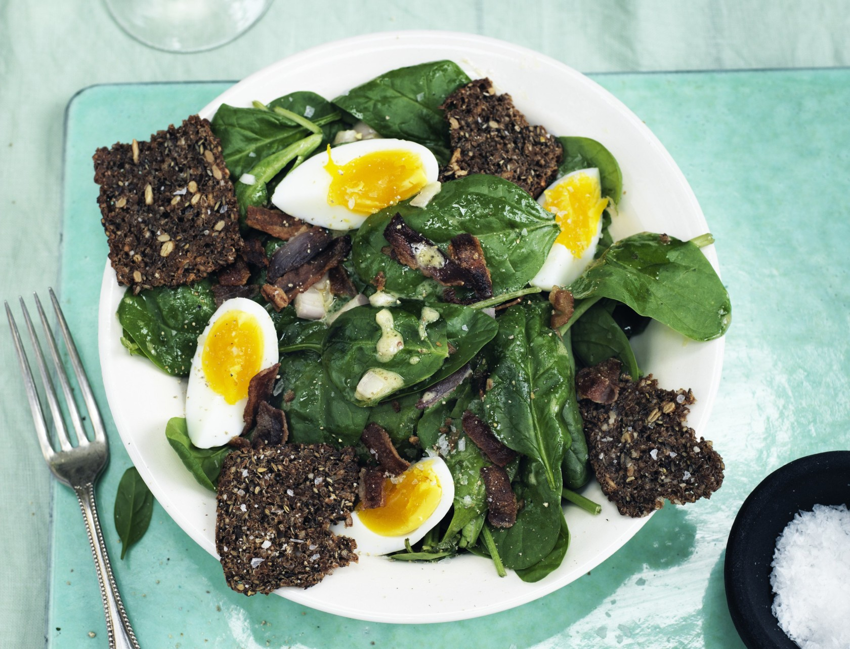 Spinatsalat med æg, bacon og rugbrødschips - god opskrift på måltidssalat.