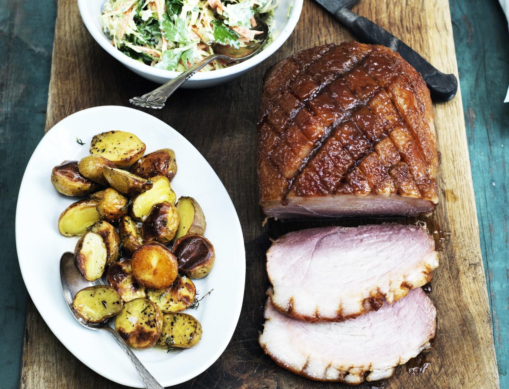 Glaseret skinke med coleslaw og stegte kartofler - opskrift på den perfekte gæstemad!