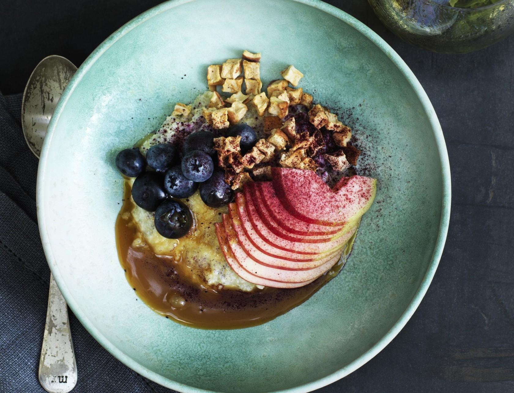 Hirsegrød med æble, blåbær og karamelsauce - god opskrift på lækker morgenmad.