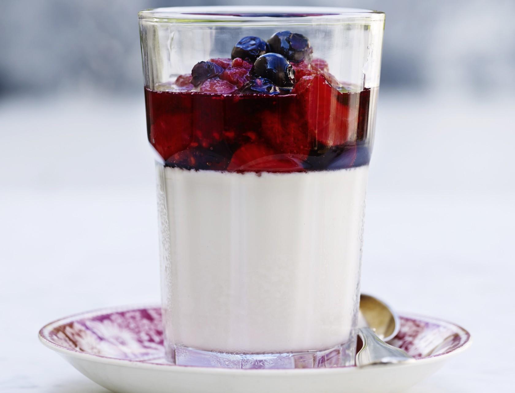Yoghurt med bærkompot og honning - nem og lækker opskrift.