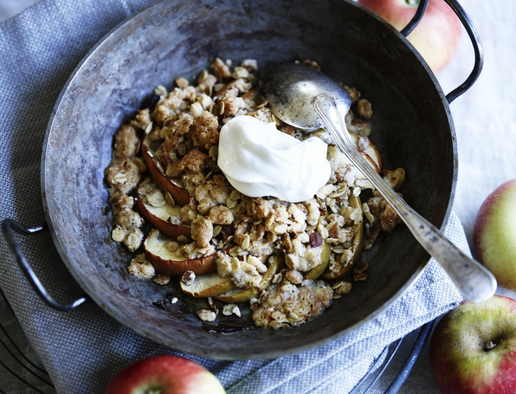 Bagt æblecrumble med mysli - nem og lækker opskrift på efterårsdessert.