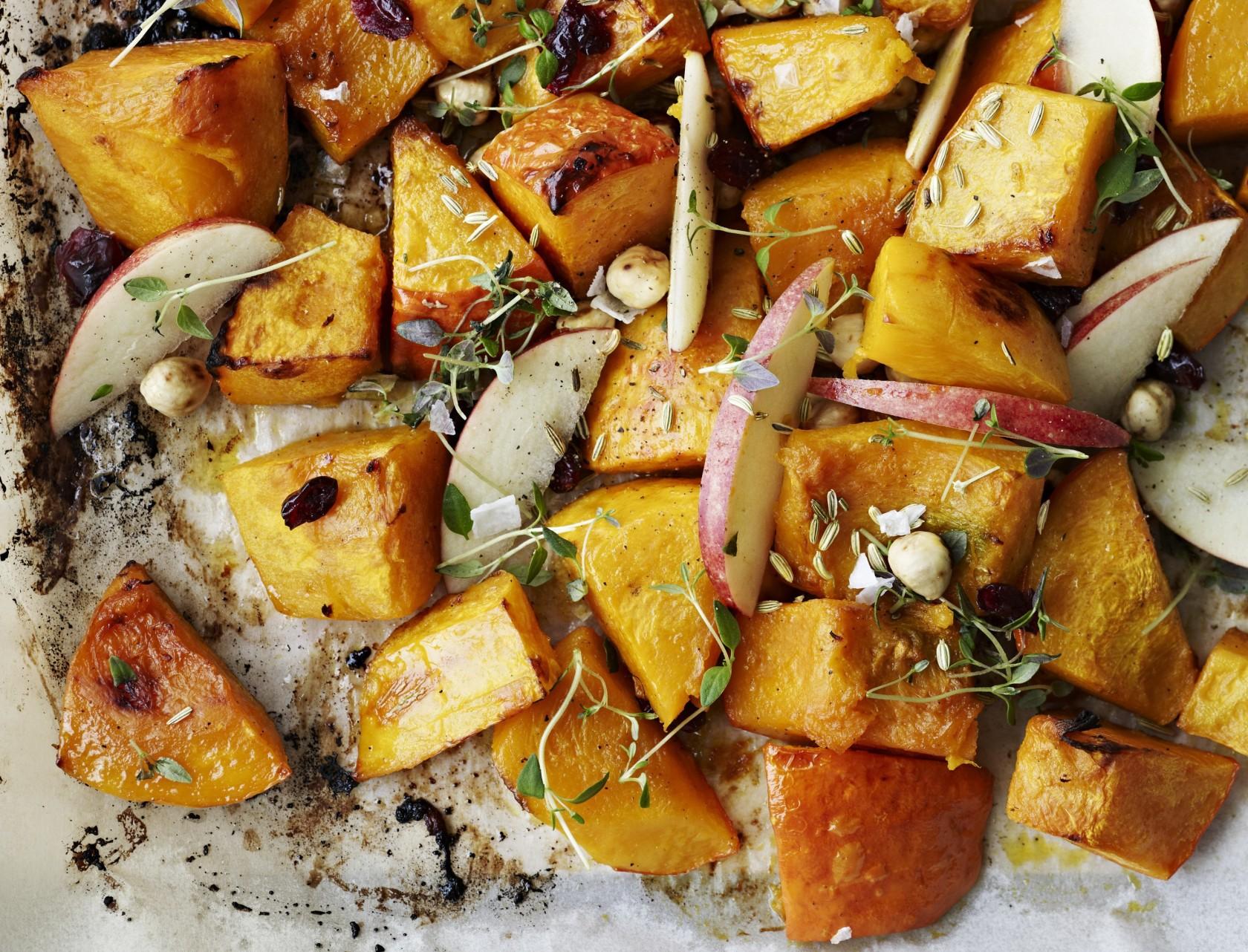 Bagt græskar med æbler og nødder - god opskrift på lækkert tilbehør.