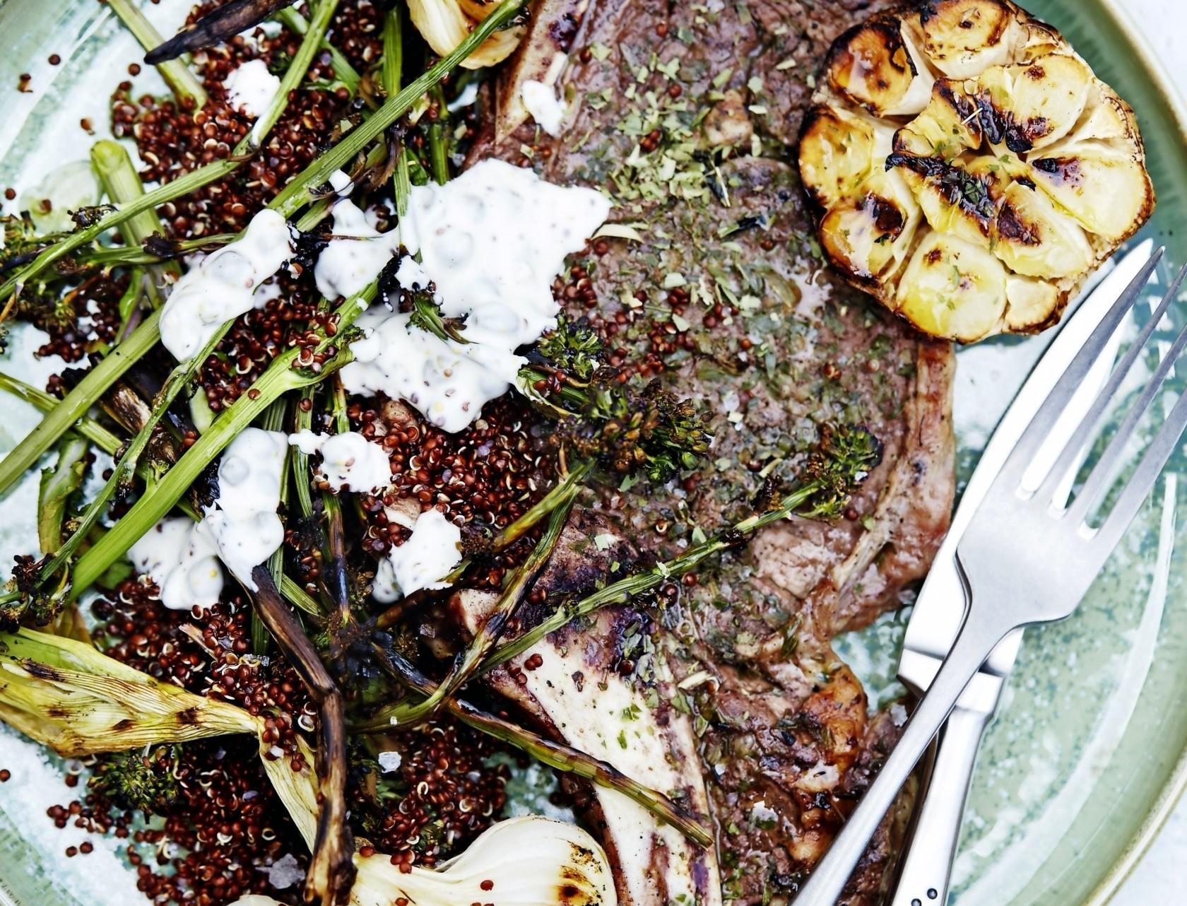 Bøf med quinoasalat og kapersmayo - god opskrift på aftensmad.