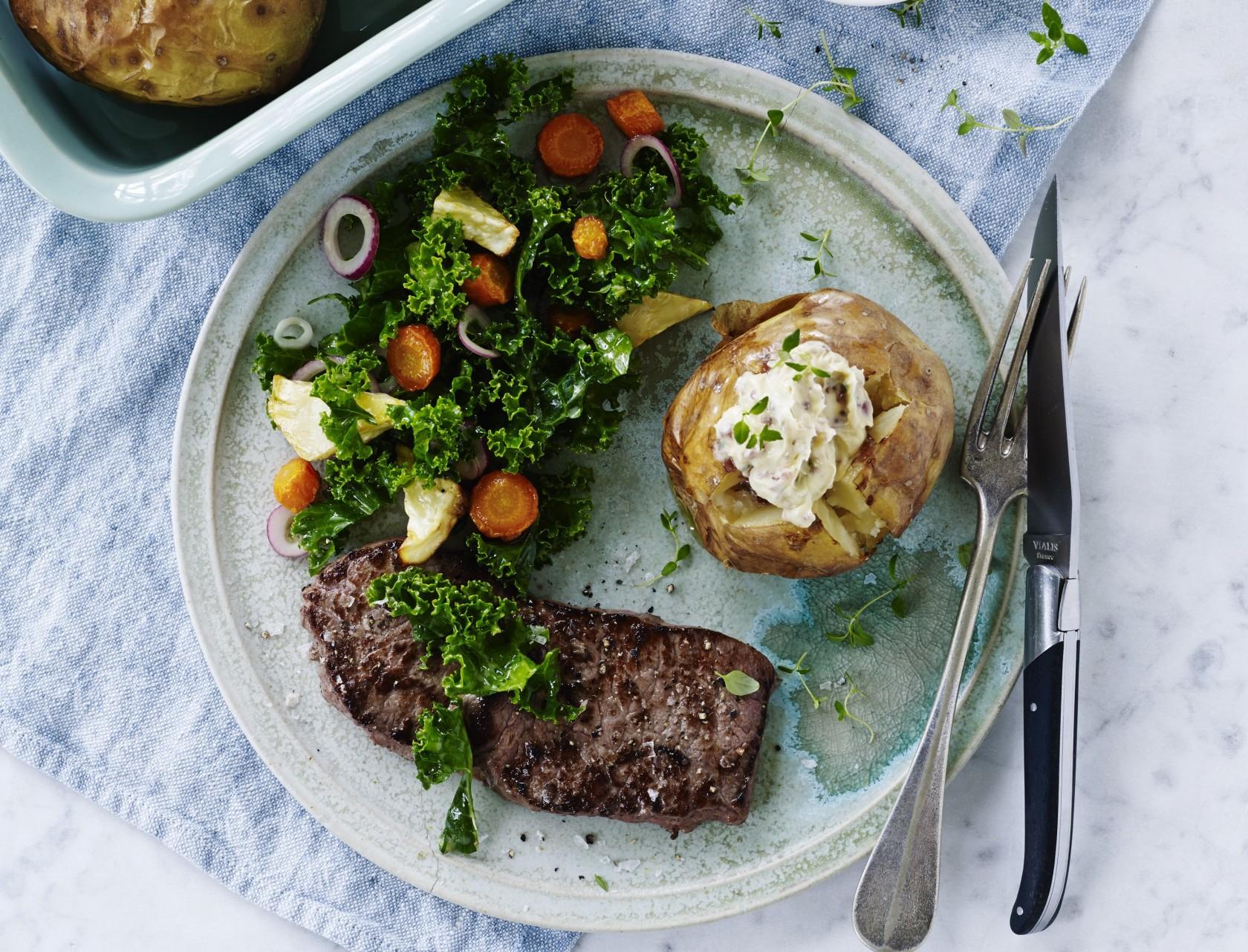 Bøf med bagekartofler og grønkålssalat