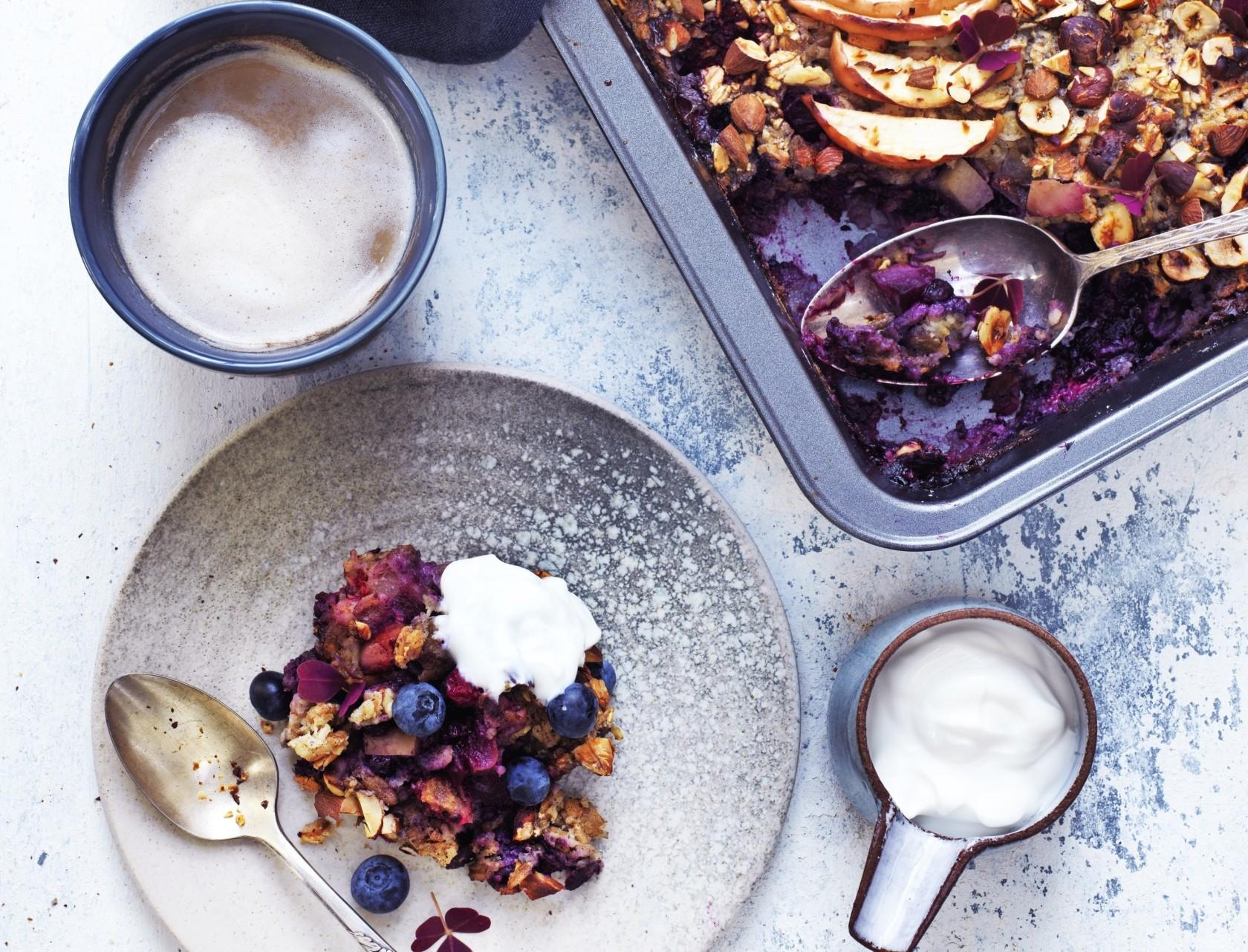 Ovnbagt grød med æbler, blåbær og nødder - virkelig lækker opskrift på luksus-morgenmad.