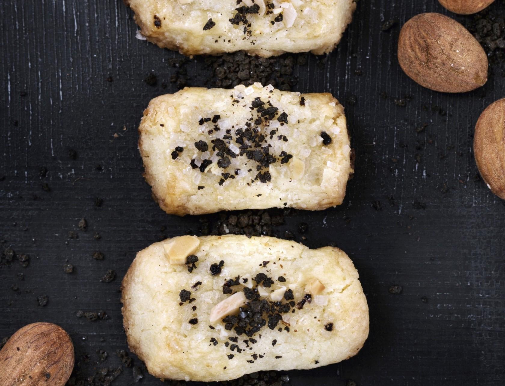 Finskbrød med lakrids - lækker opskrift på traditionel julesmåkage med et tvist.