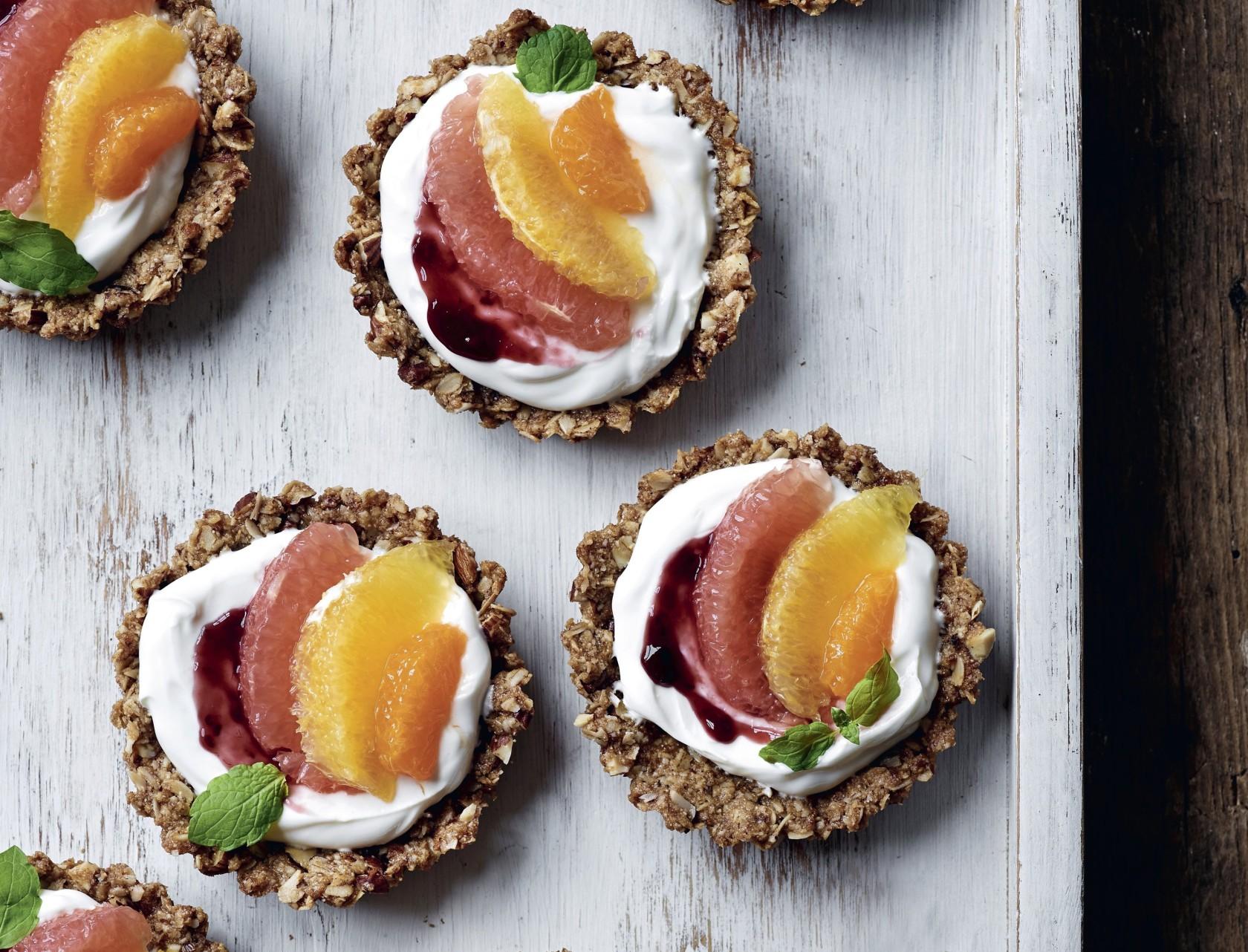 Granolatærter med skyr og frugt