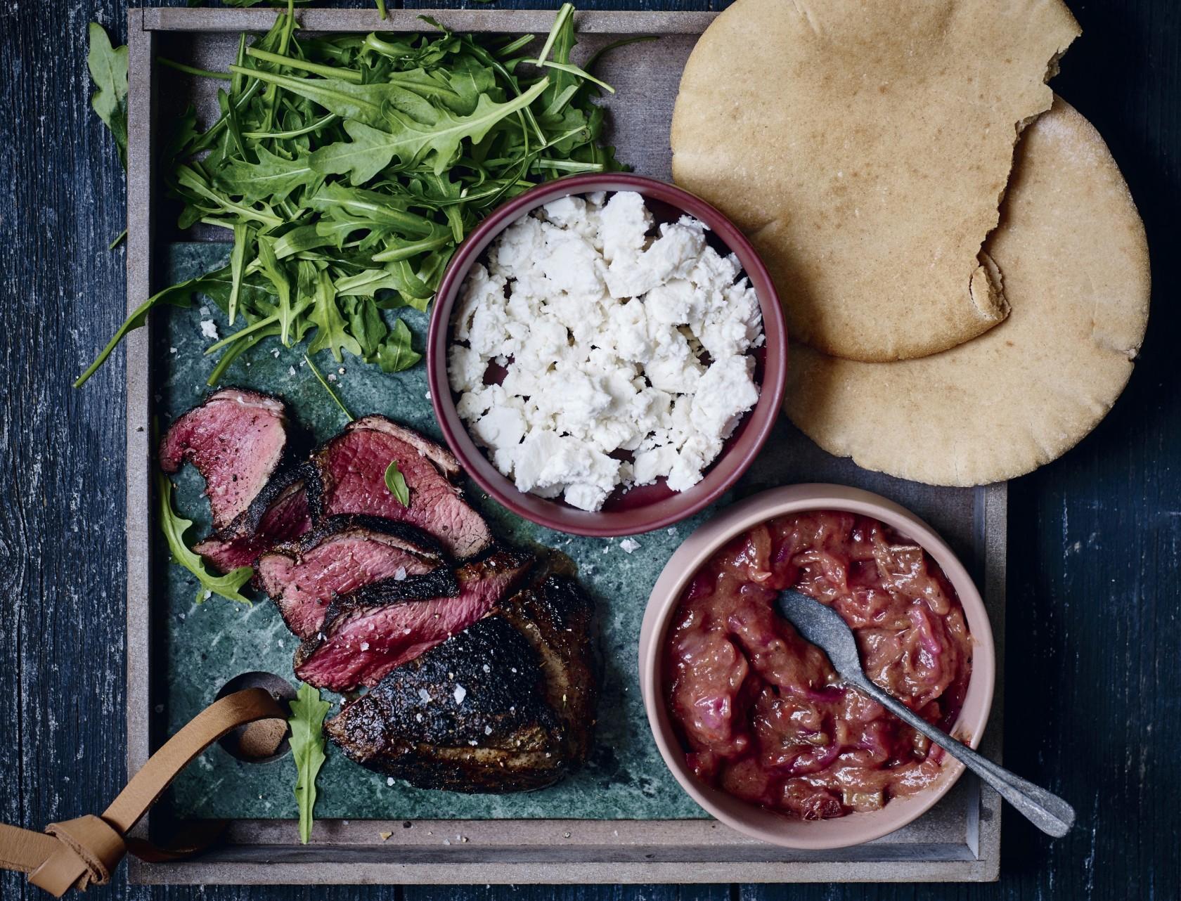 Pitabrød med lam og rabarberchutney smager himmelsk!