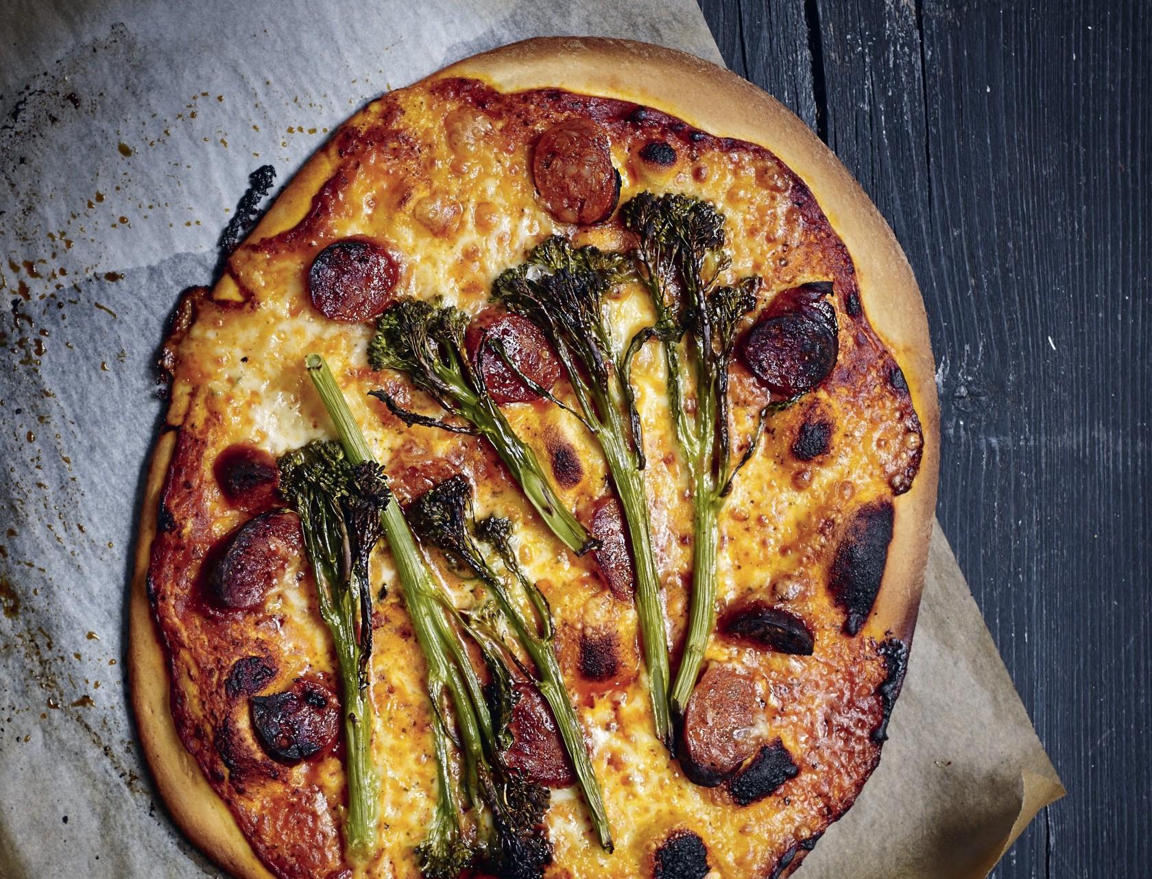 Pizza med chorizo og aspargesbroccoli - måske din nye favorit?