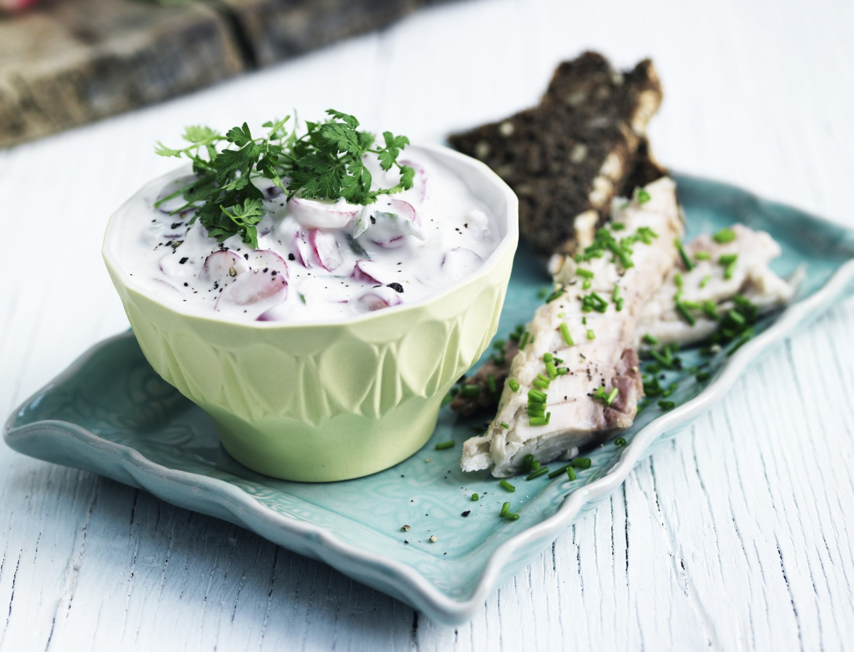 Let frokost i form af røget makrel, rygbrød og tzatziki