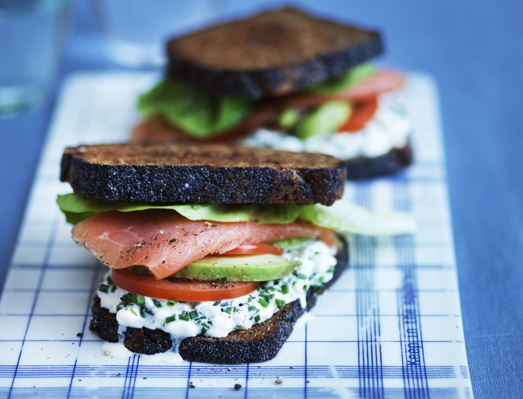 Avocadosandwich med røget laks og hytteost - den perfekte frokost!