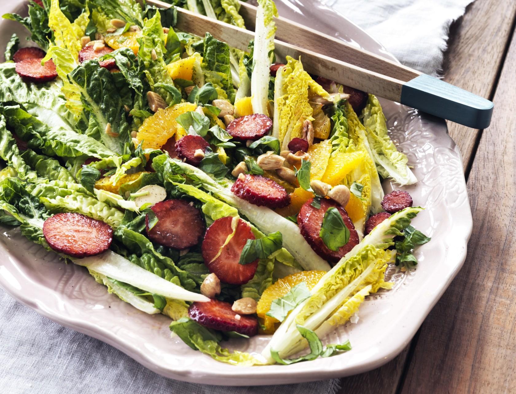 Salat med jordbær, appelsin og basilikum