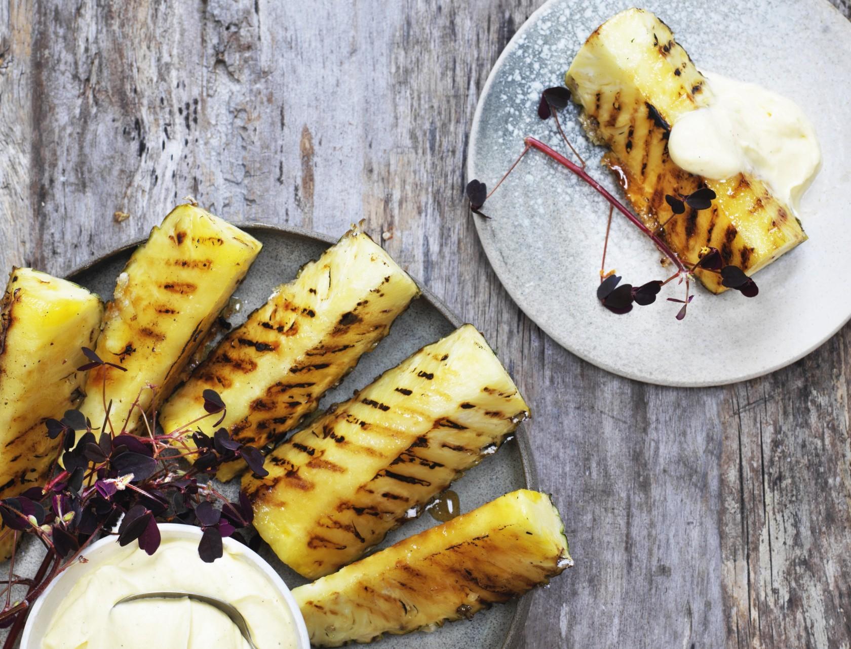 Grillet ananas med blød og lækker vaniljecreme.