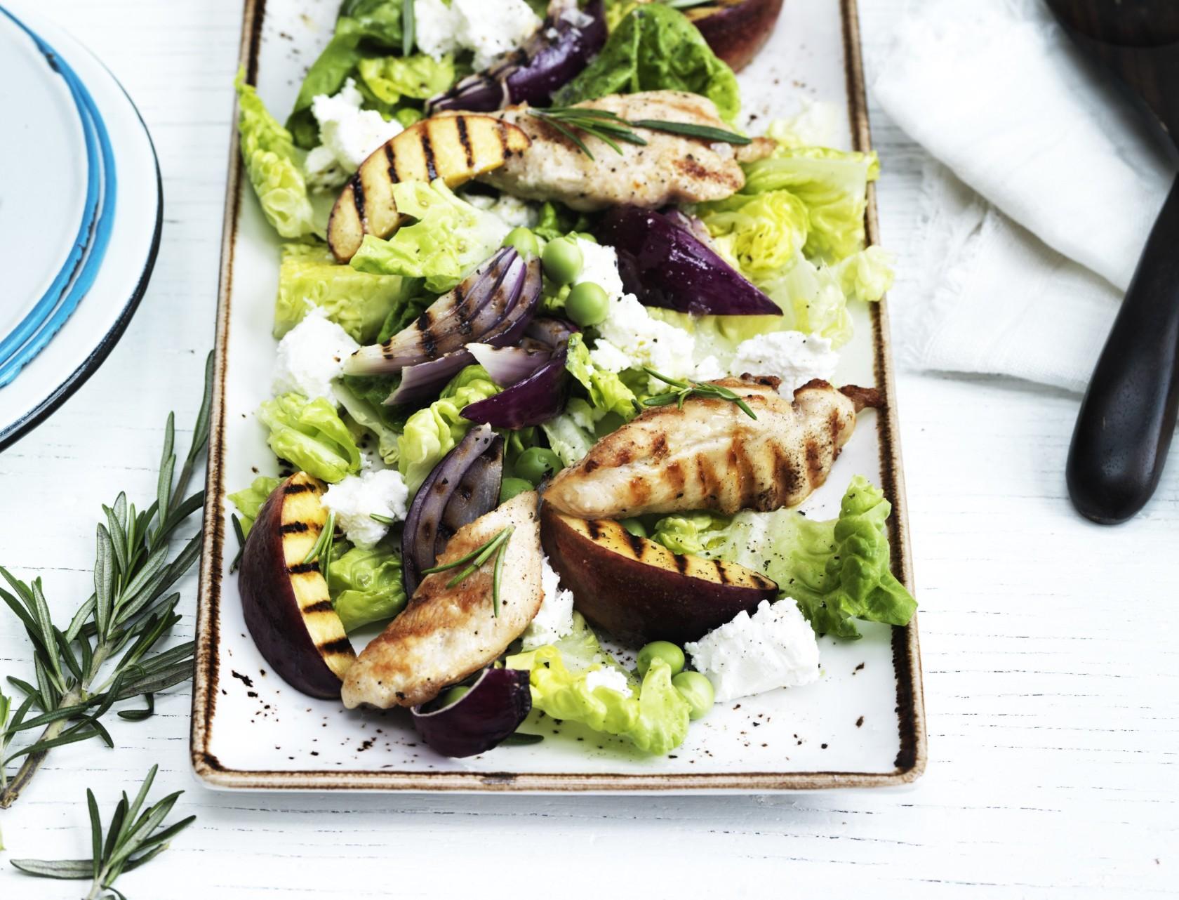Salat med grillet nektarin og kylling