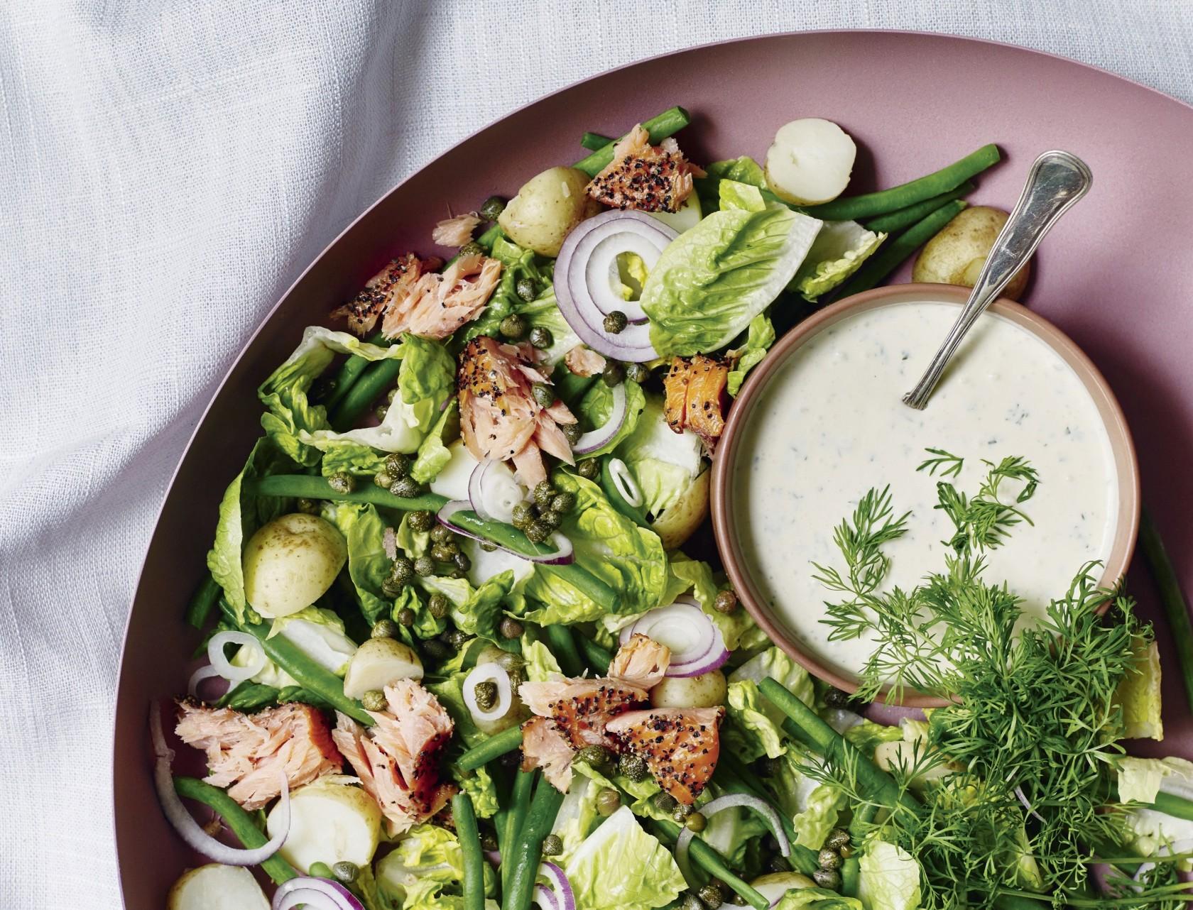 Grøn salat med varmrøget laks og dilddressing