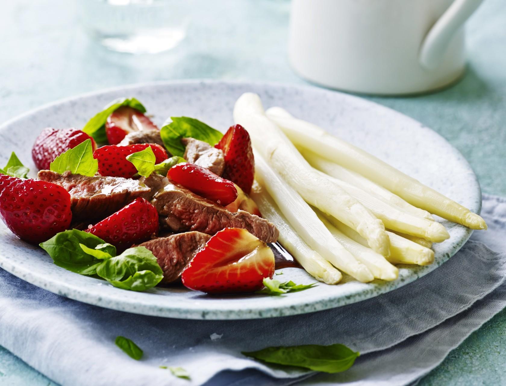 Lammemørbrad med jordbærsauce og hvide asparges