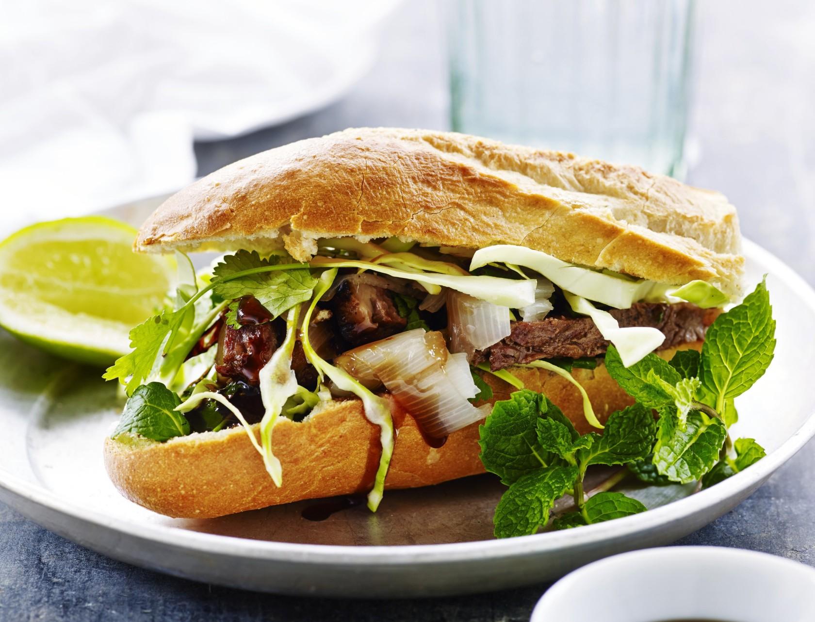 Vietnamesisk baguette med grillet oksekød