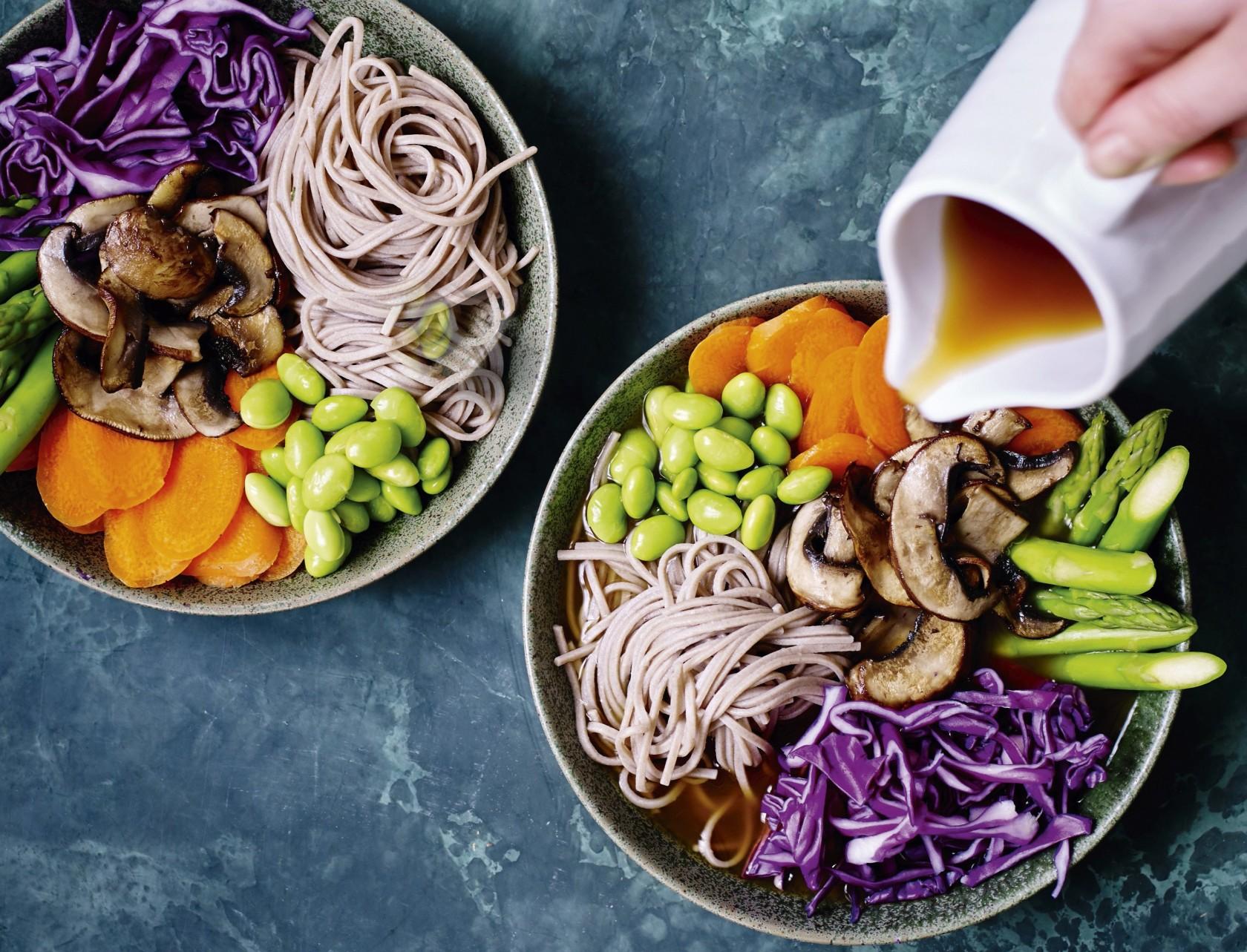 Misosupper fyldt med lækre grøntsager og nudler.