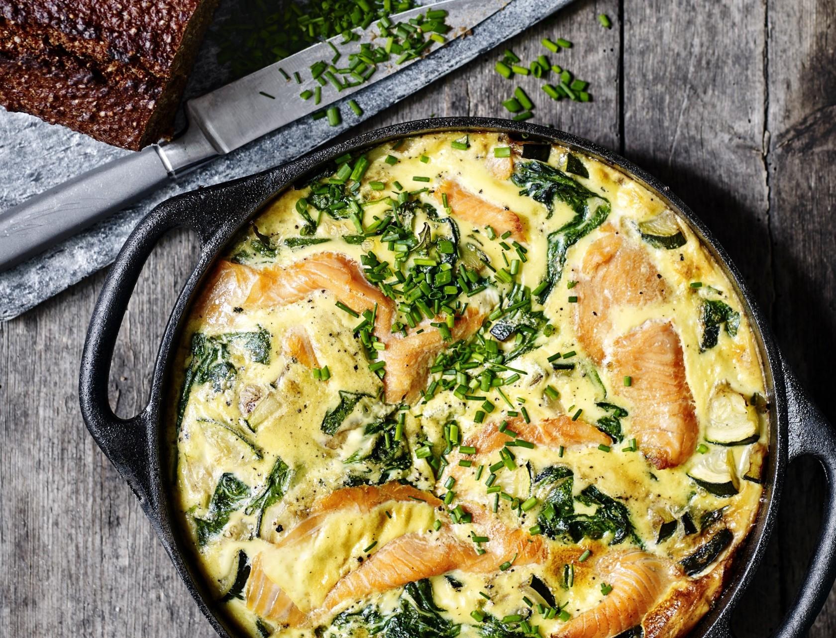 Æggekage i ovn med laks, squash og spinat